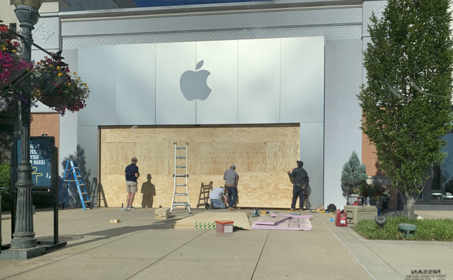 Apple Store quây kín ván gỗ bên ngoài để tránh bị người biểu tình hôi của - 2