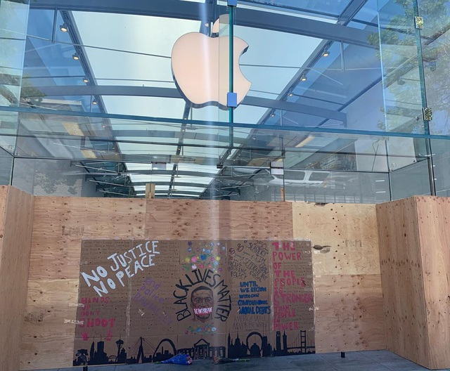 Apple Store quây kín ván gỗ bên ngoài để tránh bị người biểu tình hôi của - 5