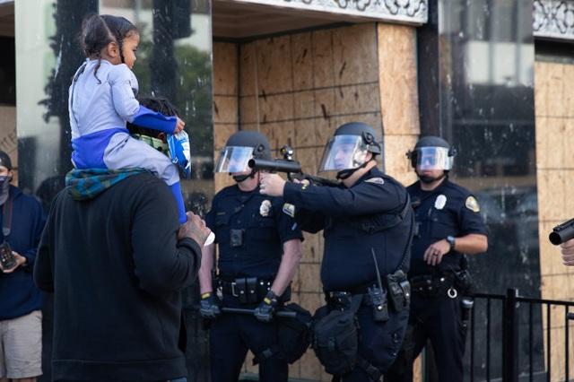Cảnh sát Mỹ hứng chỉ trích vì chĩa súng vào bé trai biểu tình - 1