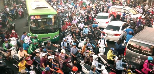 Ra đường như ra trận – nỗi khổ của tài xế Việt