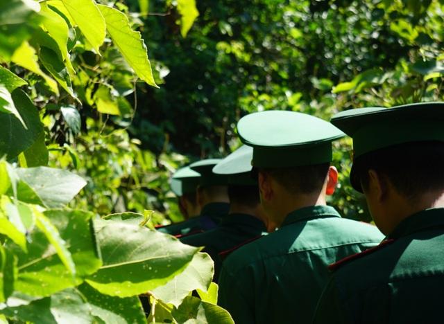 Huy động lực lượng vào rừng sâu vây bắt đối tượng trốn trại nguy hiểm - 6