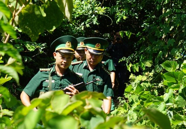 Huy động lực lượng vào rừng sâu vây bắt đối tượng trốn trại nguy hiểm - 1