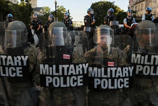 Hàng nghìn binh sĩ Mỹ tỏa khắp tuyến đường trấn áp bạo loạn - 2