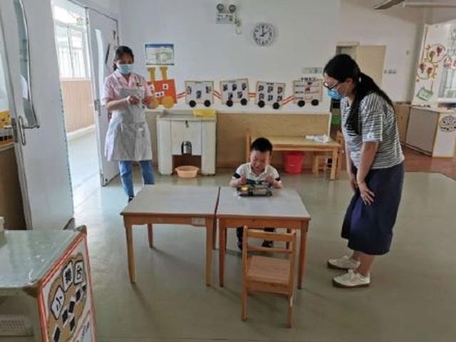 Trung Quốc: Trường mầm non mở cửa sau Covid-19, chỉ có 1 học sinh tới lớp - 3