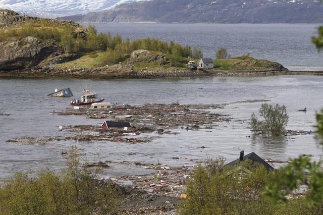 Khoảnh khắc 8 ngôi nhà bị cuốn ra biển trong lở đất kinh hoàng - 2