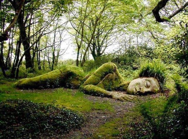 Vẻ đẹp của bức tượng quanh năm biến đổi theo mùa - 1