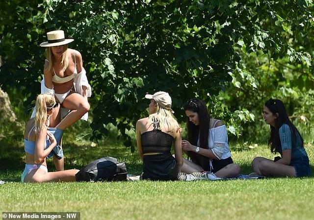 Kimberley Garner mặc áo tắm ra công viên - 3