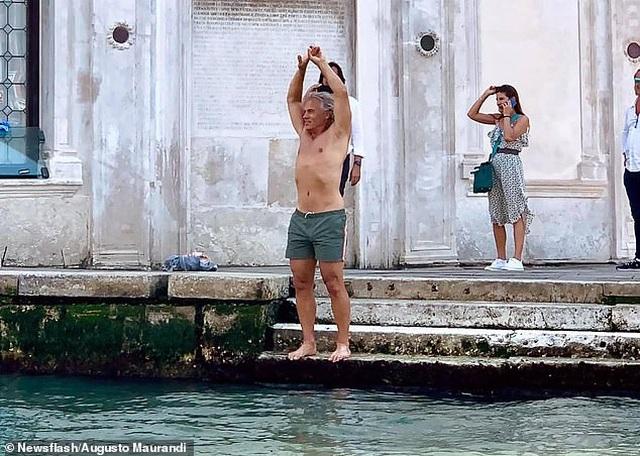 Hồn nhiên cởi bỏ quần áo bơi giữa kênh đào, nhận phạt gần 12 triệu đồng - 1