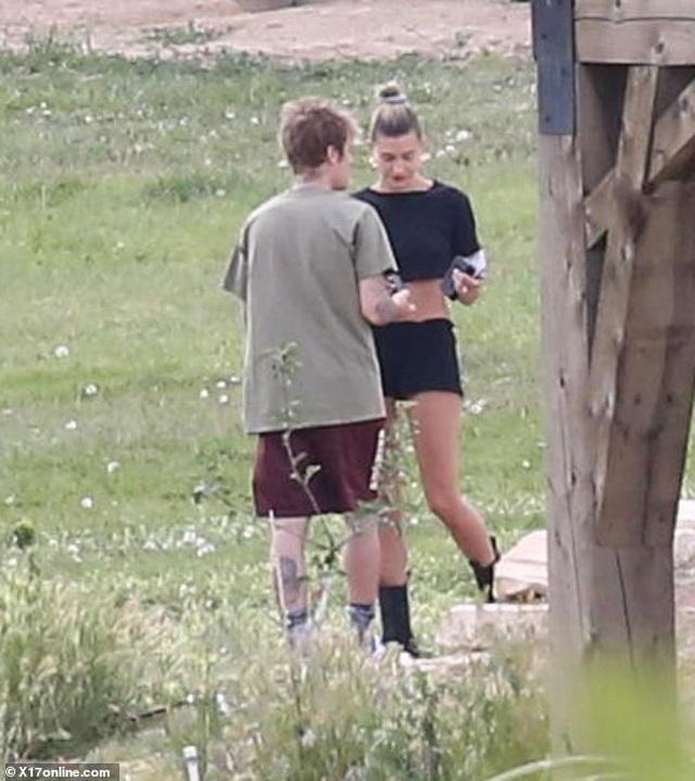Hailey Bieber khoe eo thon khi cùng chồng đi cắm trại - 7