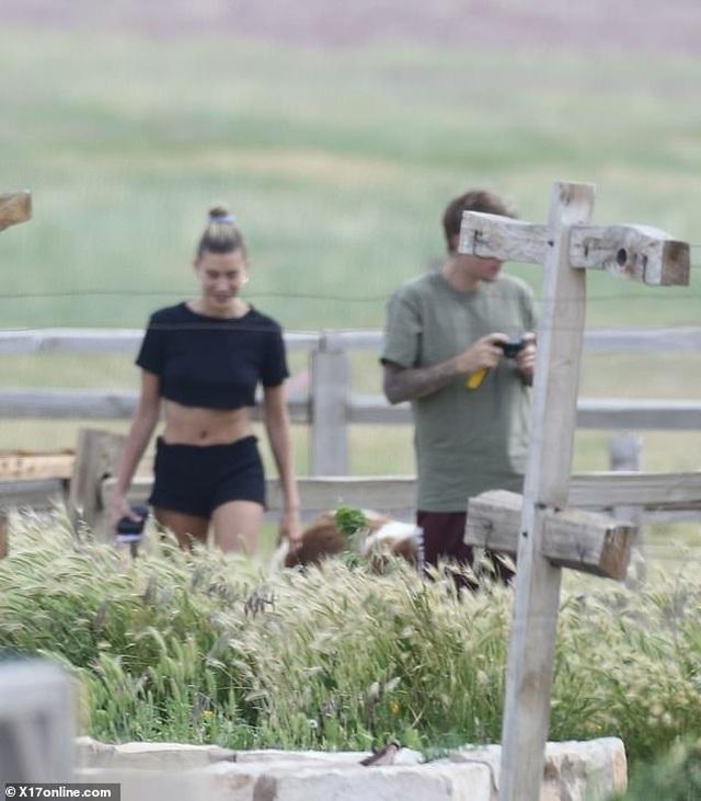 Hailey Bieber khoe eo thon khi cùng chồng đi cắm trại - 3