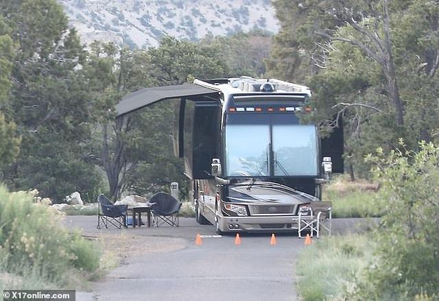 Hailey Bieber khoe eo thon khi cùng chồng đi cắm trại - 8
