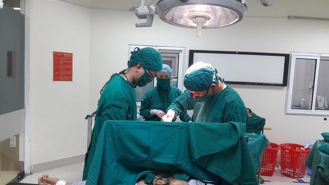Người đàn ông bị tuốc nơ vít dài 20cm cắm sâu vào phổi - 2