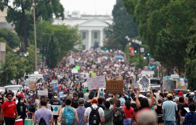 Hàng trăm nghìn người biểu tình khắp nước Mỹ - 3