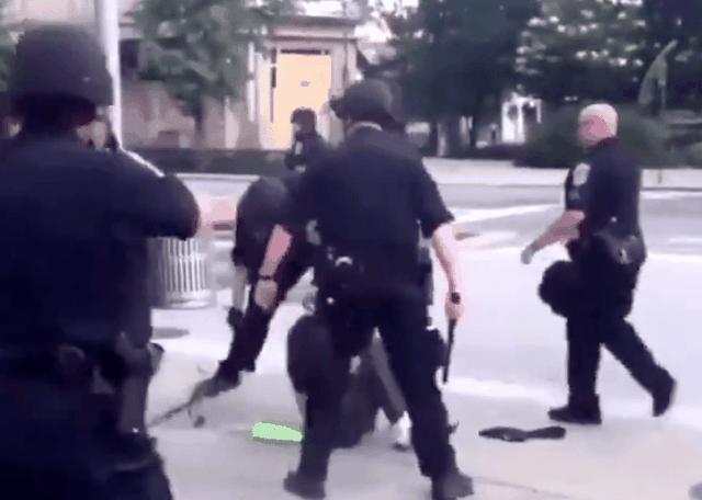 Video cảnh sát Mỹ dùng dùi cui khống chế người biểu tình - 1