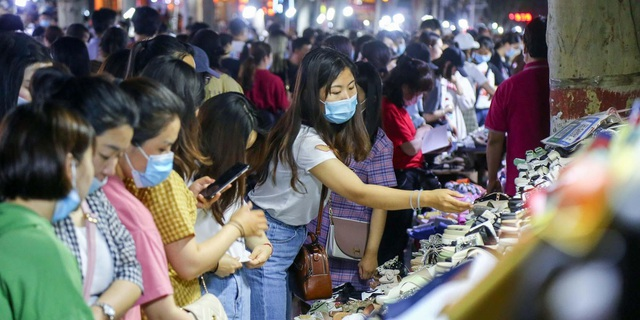 """Bán hàng rong bất ngờ trở thành """"huyết mạch"""" của kinh tế đô thị Trung Quốc - 1"""