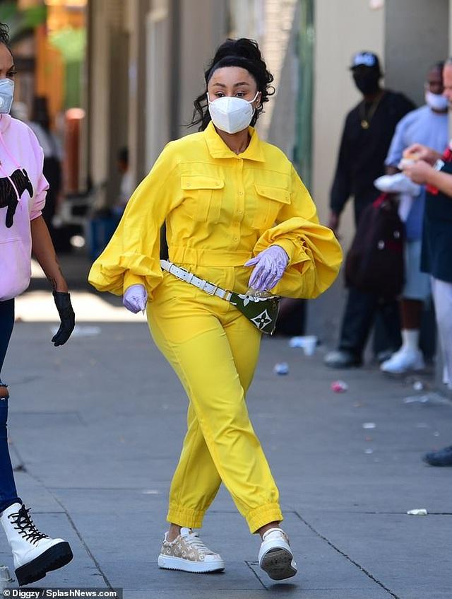 Alessandra Ambrosio đeo khẩu trang chạy trên phố - 5