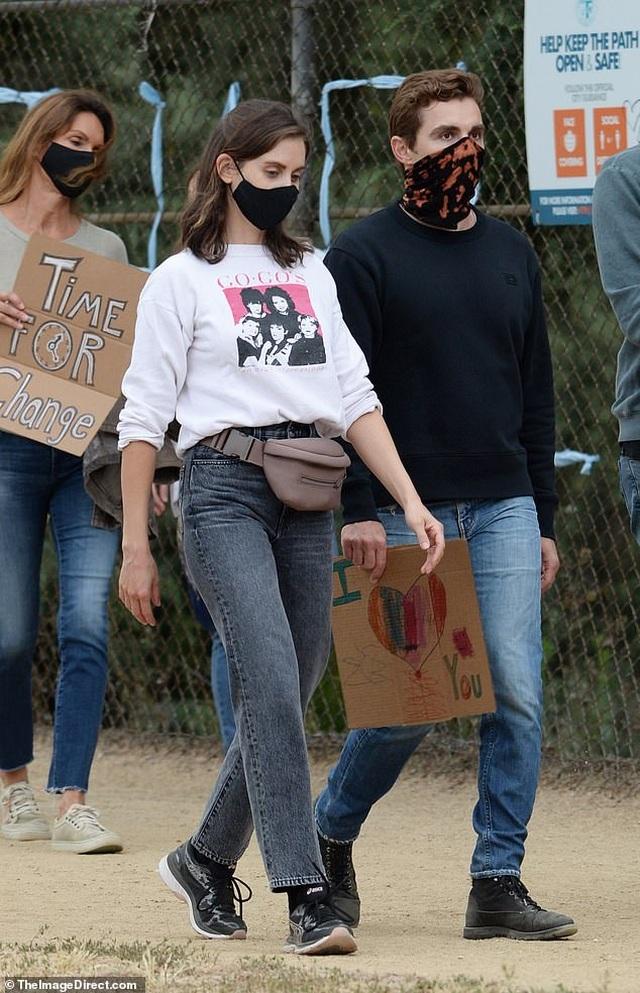 Alessandra Ambrosio đeo khẩu trang chạy trên phố - 7