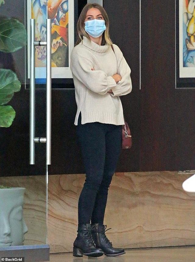 Alessandra Ambrosio đeo khẩu trang chạy trên phố - 10