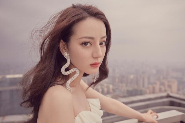 """Địch Lệ Nhiệt Ba hoảng hốt vì bị fan cuồng """"tấn công"""" - 8"""