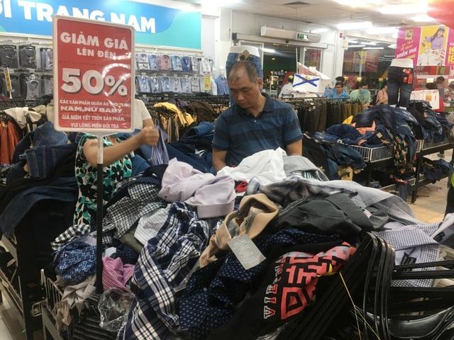 """Người dân """"săn"""" quần áo siêu rẻ tại BigC Miền Đông trước ngày đóng cửa - 7"""