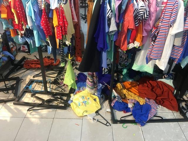 """Người dân """"săn"""" quần áo siêu rẻ tại BigC Miền Đông trước ngày đóng cửa - 9"""