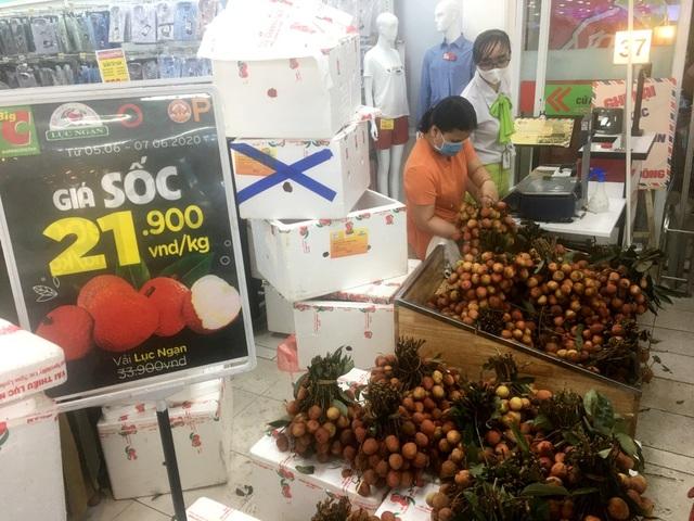 """Người dân """"săn"""" quần áo siêu rẻ tại BigC Miền Đông trước ngày đóng cửa - 12"""