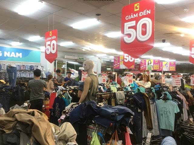 """Người dân """"săn"""" quần áo siêu rẻ tại BigC Miền Đông trước ngày đóng cửa - 2"""