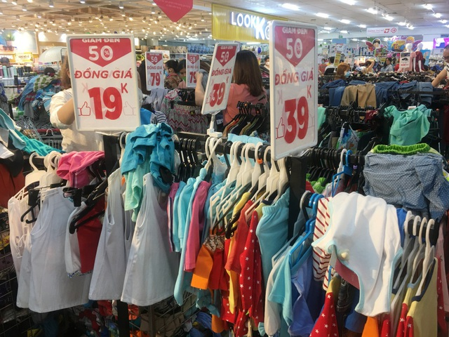 """Người dân """"săn"""" quần áo siêu rẻ tại BigC Miền Đông trước ngày đóng cửa - 6"""