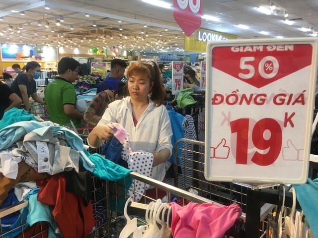 """Người dân """"săn"""" quần áo siêu rẻ tại BigC Miền Đông trước ngày đóng cửa - 5"""