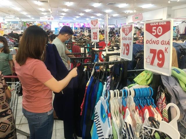 """Người dân """"săn"""" quần áo siêu rẻ tại BigC Miền Đông trước ngày đóng cửa - 1"""