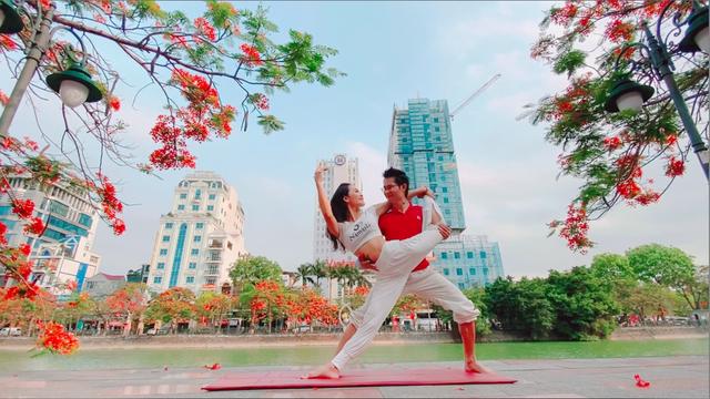 Cặp đôi Yoga Hải Phòng trình diễn điệu nghệ trên con đường hoa phượng vĩ - 1