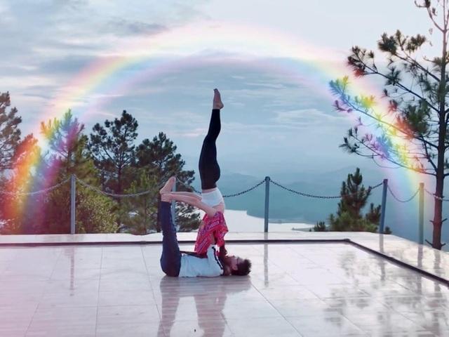 Cặp đôi Yoga Hải Phòng trình diễn điệu nghệ trên con đường hoa phượng vĩ - 5