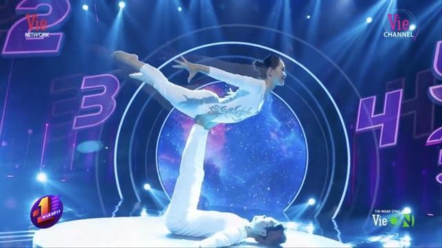 Cặp đôi Yoga Hải Phòng trình diễn điệu nghệ trên con đường hoa phượng vĩ - 6