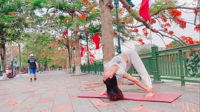 Cặp đôi Yoga Hải Phòng trình diễn điệu nghệ trên con đường hoa phượng vĩ - 2