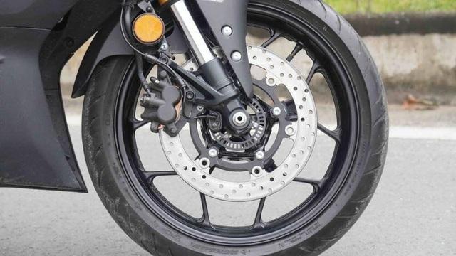 Tại sao trên phanh đĩa xe máy có nhiều lỗ nhỏ? - 1
