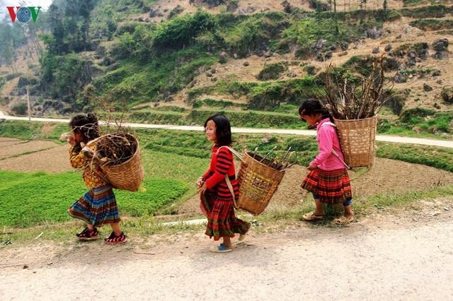 Người dân tộc thân thiện, mến khách nơi cao nguyên đá Hà Giang - 1