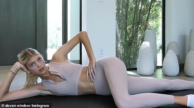 Siêu mẫu Devon Windsor hướng dẫn tập thể dục tại gia - 5