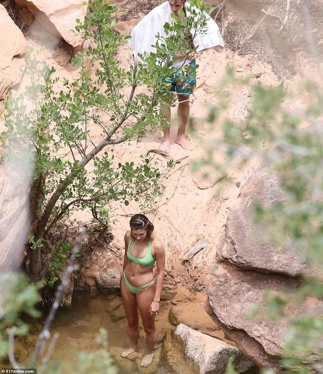Vợ Justin Bieber diện áo tắm khoe dáng gợi cảm bên hồ nước - 4