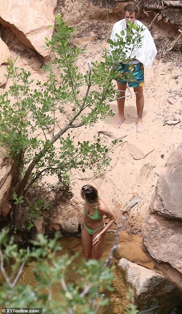 Vợ Justin Bieber diện áo tắm khoe dáng gợi cảm bên hồ nước - 5