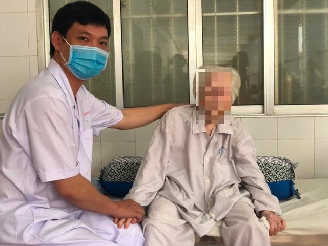 Cụ bà 103 tuổi bị hở van tim, té gãy xương đùi được thay khớp thành công - 1