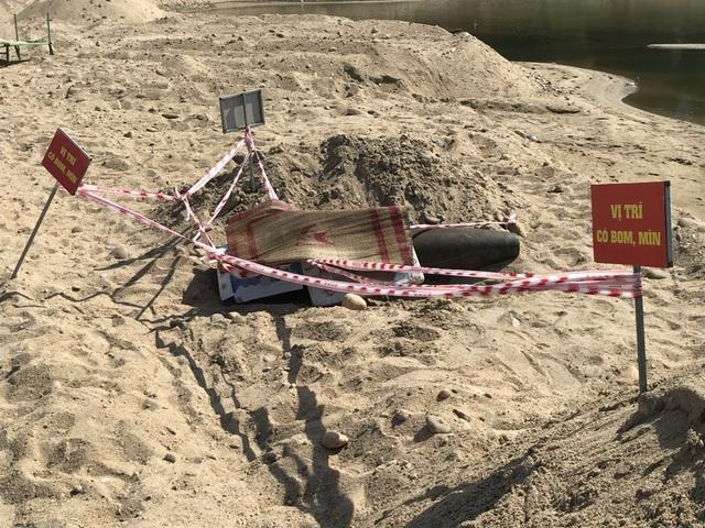 Vùi cát, đắp chiếu bảo vệ quả bom giữa trời nắng nóng 40 độ C - 1