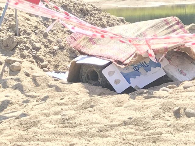 Vùi cát, đắp chiếu bảo vệ quả bom giữa trời nắng nóng 40 độ C - 3