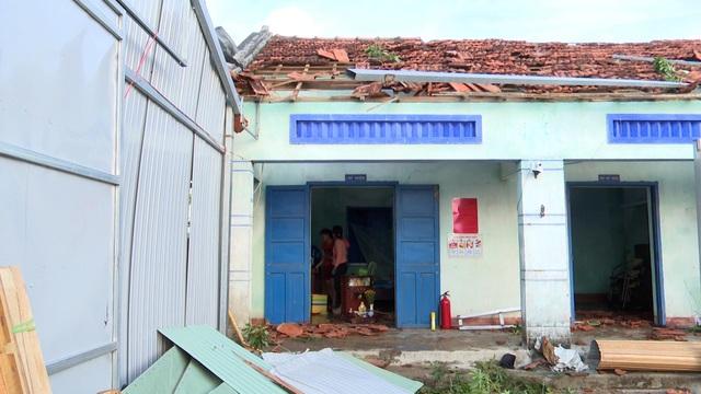 Lốc xoáy làm 80 ngôi nhà tốc mái, hàng chục ngàn hộ dân mất điện - 1