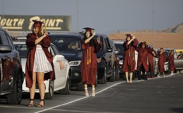 Muôn kiểu lễ tốt nghiệp sáng tạo của các trường học Mỹ trong dịch Covid-19 - 1