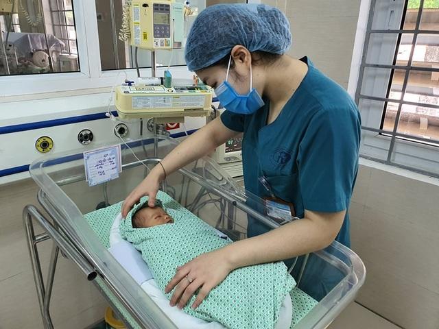 Lo ngại bé sơ sinh bị bỏ rơi giữa trời nắng nóng 40 độ tổn thương mắt, tai - 2