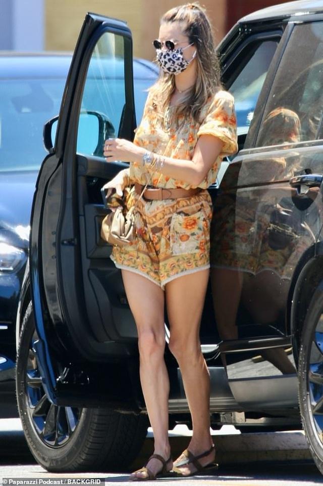 Scarlett Johansson đeo khẩu trang tự rửa xe - 5