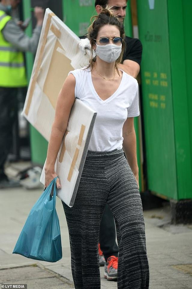 Scarlett Johansson đeo khẩu trang tự rửa xe - 9