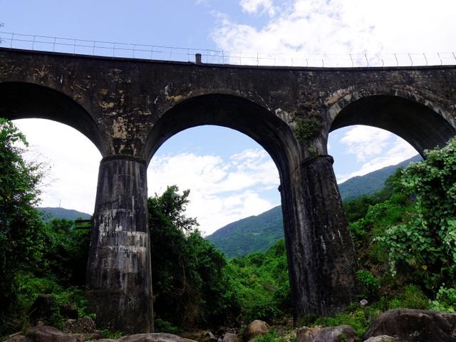 Cầu đường sắt Đồn Cả: Cheo leo tàu vượt núi! - 4