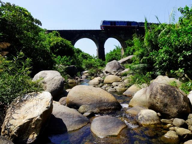 Cầu đường sắt Đồn Cả: Cheo leo tàu vượt núi! - 7