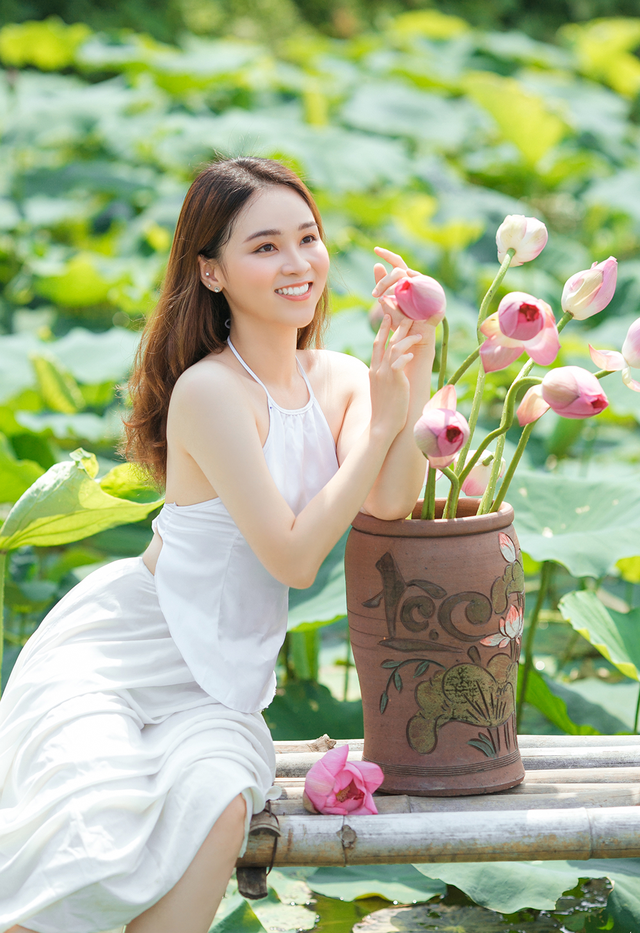 Hot girl ĐH Thủ đô biến hóa trong trẻo bên hoa sen - 9